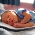 Een baby met een  beperking